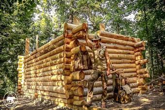 Cabaña de troncos. Timelapse de un pequeño alojamiento