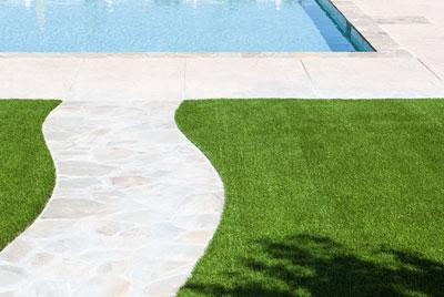 Césped artificial antidezlizante en el entorno de una piscina