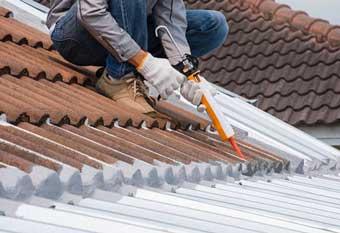 Sellando un tejado con masillas y selladores