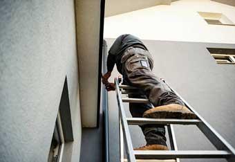 Reparando los canalones de drenaje del techo