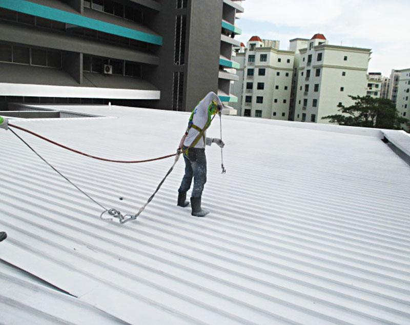 Aplicación del impermeabilizante sobre la cubierta metálica