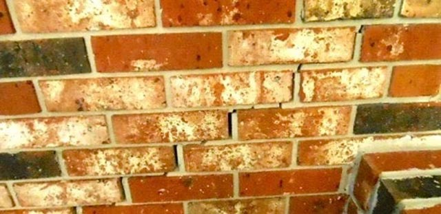 Grietas en el muro de bloques. Asentamiento en esquina
