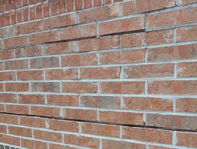 Grietas en el muro de bloques. Muro de ladrillos rajado