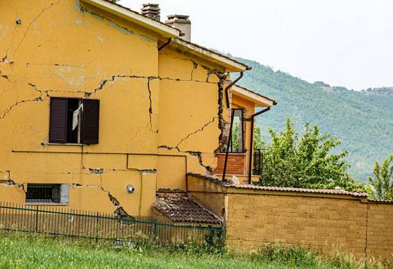 Hundimiento y grietas en las paredes