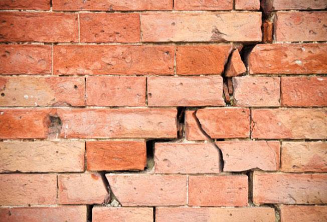 Rajadura importante en una pared de ladrillos