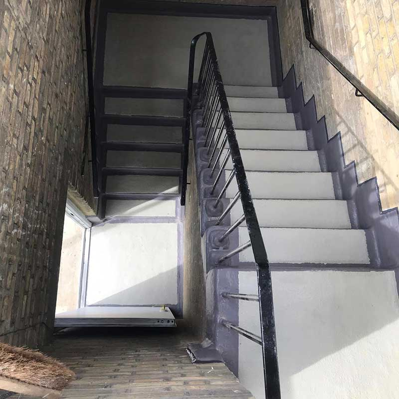 Impermeabilización de una escalera comunitaria antideslizante