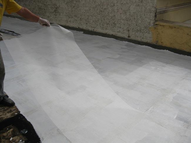 Aplicación de la malla de refuerzo al impermeabilizar sin extraer baldosas