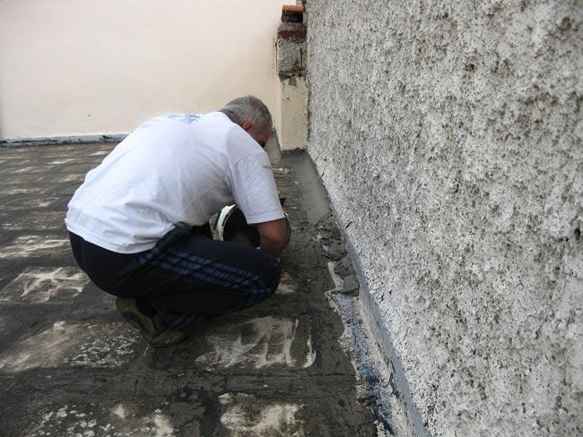 Preparación de puntos singulares en una impermeabilización de terraza