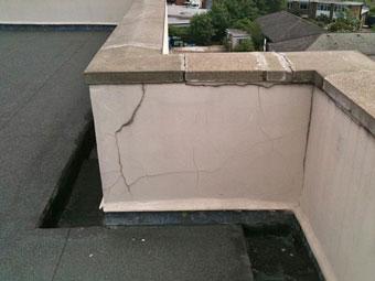 Muros con filtraciones. Los parapetos del edificio están en crisis