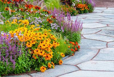 Piedra pizarra como pavimento para el patio