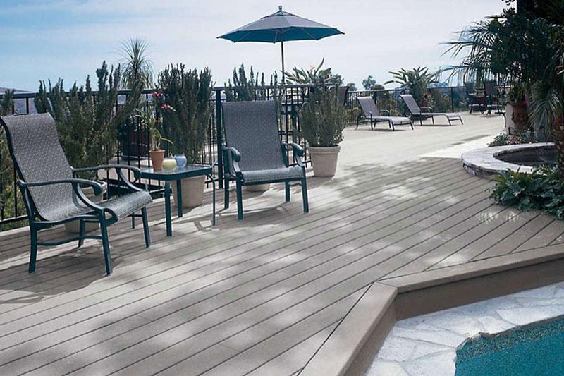 Estructura de una terraza para piscina elevada