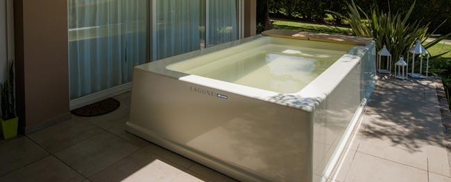 Una piscina de fibra en el interior