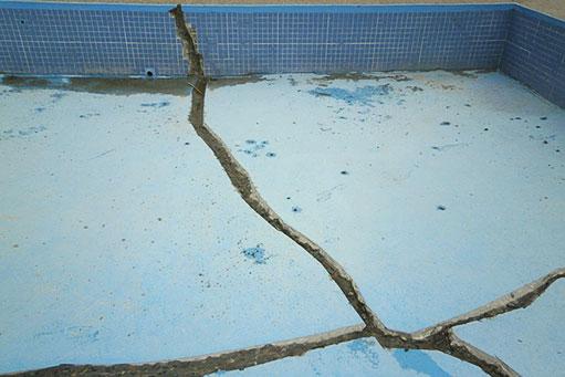 Impermeabilización y reparación de rajaduras en la piscina